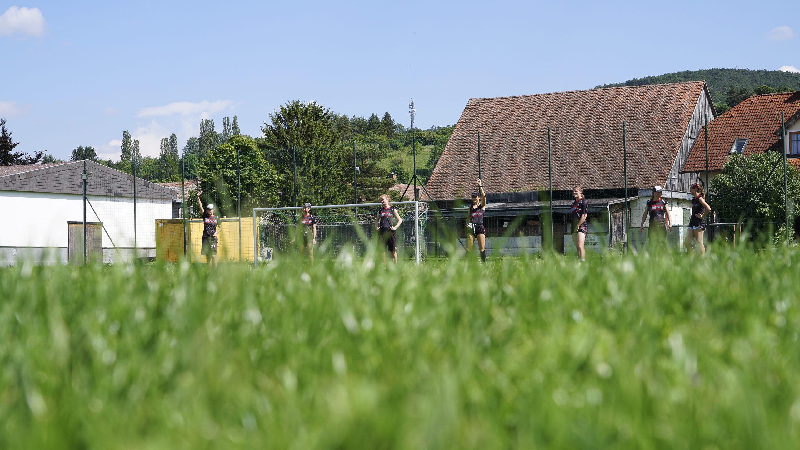 Österreichisches Ultimate Frisbee Nationalteam der Frauen am Spielfeld.
