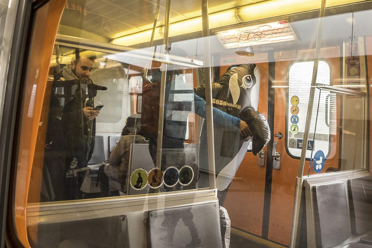 Mit aufblasbaren Wal in der U-Bahn. Am Weg zur Kundgebung des Klimavolksbegehren